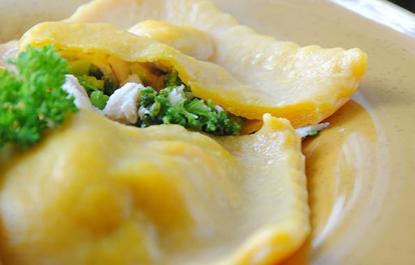 Raviolis-con-licuado-de-brocoli-y-picada-de-marisco