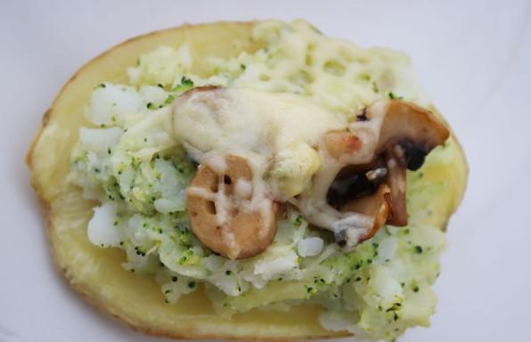 Patata rellena de brocoli y champiñones