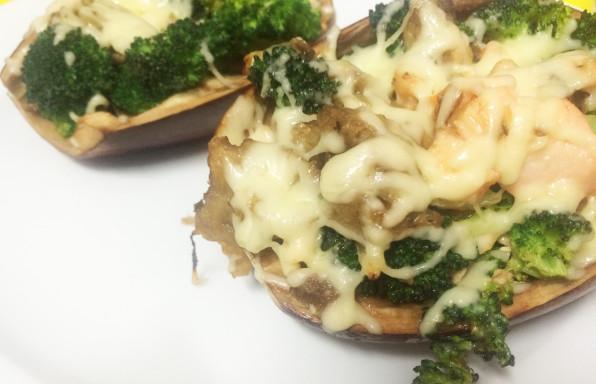 berenjena rellena con salmon, brócoli, cebolla y queso